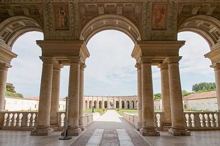 Palazzo_Te_-_Veduta_del_giardino_interno-1