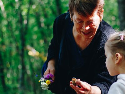 Who lives longer: grandparents or non-grandparents?
